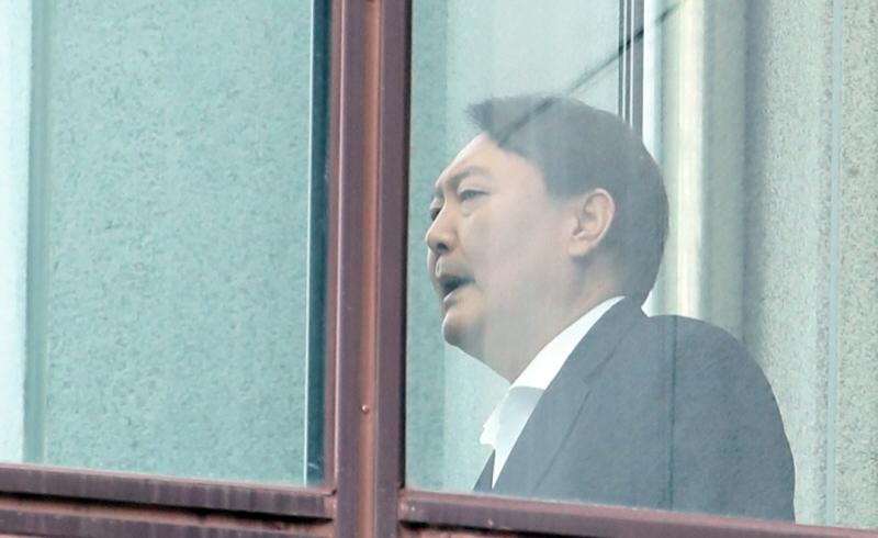 ▲ 윤석열 검찰총장이 지난 10월10일 점심식사를 위해 서울 서초동 대검찰청 구내식당으로 가고 있다. ⓒ연합뉴스