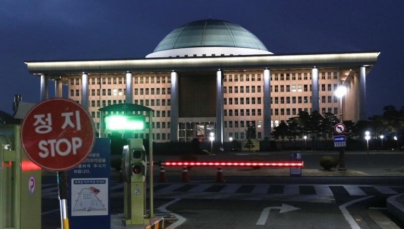 ▲ 국회 방문자의 코로나19 확진 사실이 알려진 24일 오후 국회가 폐쇄됐다. 국회는 이날 저녁부터 방역을 실시한 뒤 26일부터 청사 출입을 허용할 계획이다. ⓒ연합뉴스