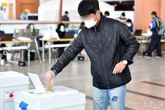▲ 제21대 국회의원선거 사전투표 첫날인 지난 4월10일 서울역에 마련된 남영동 사전투표소에서 시민들이 투표를 하고 있다. 사진=노컷뉴스