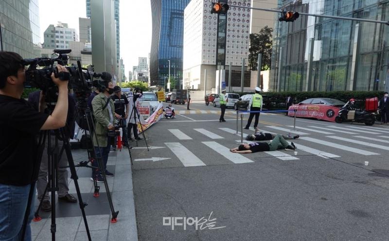 ▲삼성피해자공동투쟁 관계자들이 삼성전자 서초사옥 앞에서 경찰과 대치 속에 이재용 삼성전자 부회장의 대국민 사과문 발표를 규탄하는 시위를 벌이고 있다. 사진=김예리 기자