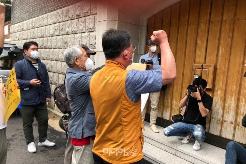 ▲해직언론인들과 오정훈 전국언론노동조합 위원장이 전두환씨 집 앞에서 항의서한을 전달하려고 전씨를 부르고 있다. 사진=정민경 기자.