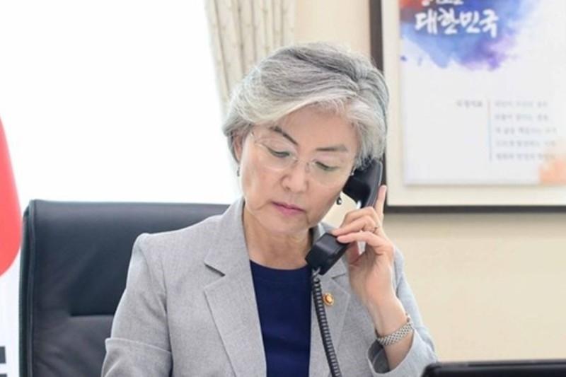 ▲강경화 외교부장관이 지난 3월30일 인도네시아 장관과 전화통화를 하고 있다. 사진=외교부