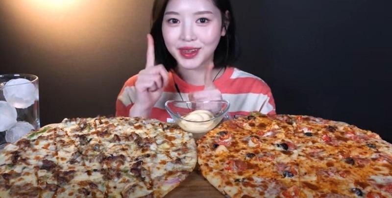 ▲ 뒤늦게 '유료 광고 포함' 해시태그가 추가된 문복희 유튜브 영상 화면. 사진=문복희 유튜브 'SUB)피자헛 메가더블세트 피자 먹방 두판 순삭했어요 Pizza Mukbang ASMR' 갈무리.