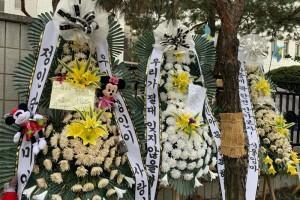 """""""엄격한 처벌 부탁드립니다…""""검찰 앞에서 근조 화환"""