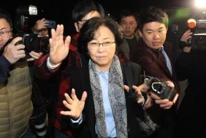 [아침신문 솎아보기] 김은경은 신문 첫 페이지로 체포된다.